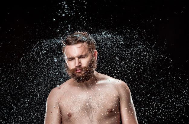 De waterspat op mannelijk gezicht Gratis Foto