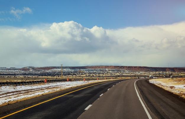 De weg in de wintersneeuw behandelt de woestijn van tucson, arizona Premium Foto