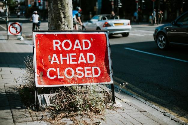 De weg vooruit sloot teken op de stoep Gratis Foto