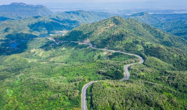De wegfweg nr 12 die van de slang de stad op de groene bergpiek verbinden in thailand Premium Foto