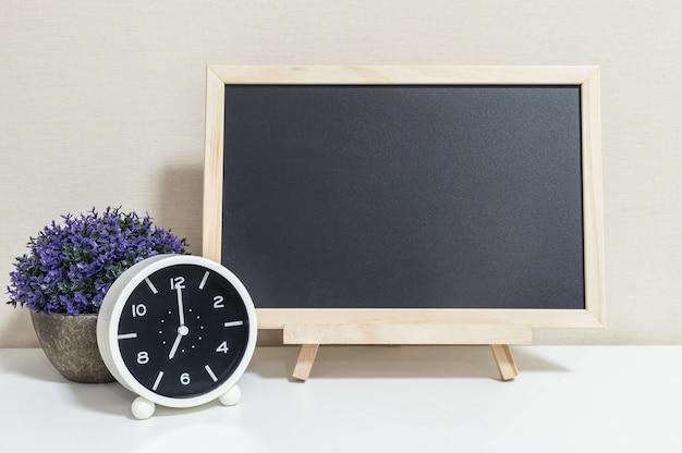 De wekker van de close-up toont 7 uur met houten zwarte raad op bureau Premium Foto