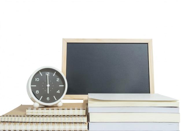 De wekker van de close-up voor verfraait toont 6 uur op stapel van boek met houten bord Premium Foto