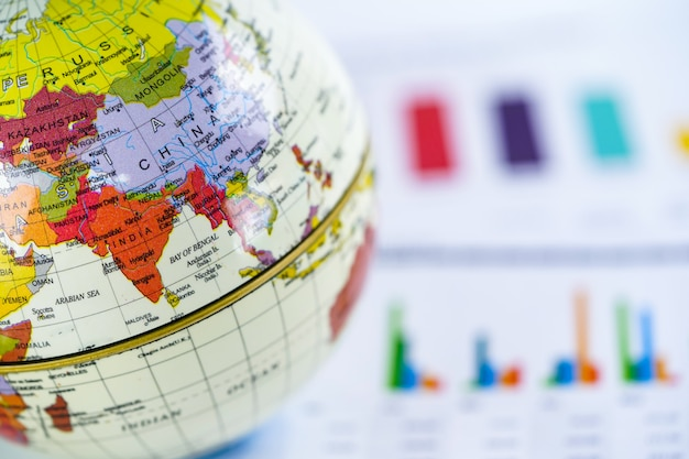 De wereldkaart van de bol en het euro bankbiljetgeld van de vs Premium Foto