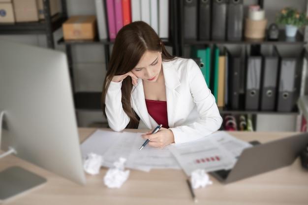 De werkende vrouw in witte pak denkt aan nieuw project. Premium Foto