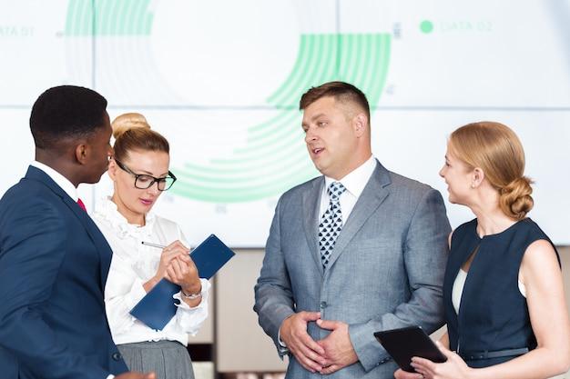 De werkingsbespreking van de commerciële groepsvergadering het werk concept Premium Foto