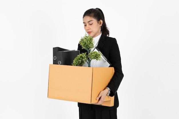 De werkloze jonge aziatische doos van de bedrijfsvrouwenholding met persoonlijke bezittingen Premium Foto
