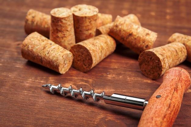 De wijn kurkt met kurketrekker op houten lijst Premium Foto