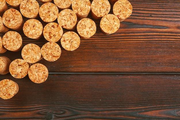 De wijn kurkt op houten achtergrond Premium Foto