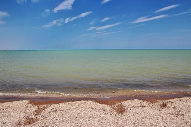 De wilde kust van de kaspische zee, azerbeidzjan Premium Foto