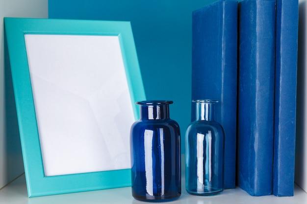 De witte bureauplanken met verschillende kantoorbehoeften, sluiten omhoog Premium Foto