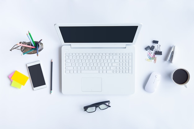 De witte hoogste mening van het bureaubureau met exemplaarruimte voor voert de tekst in Premium Foto
