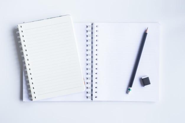 De witte hoogste mening van het bureaubureau met exemplaarruimte voor voert de tekst in. Premium Foto