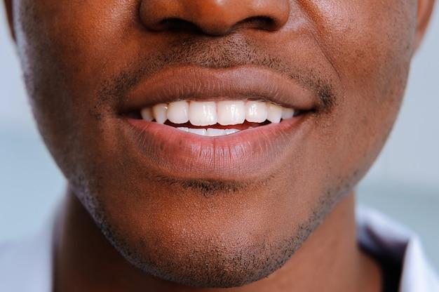 De witte tanden glimlachen dicht omhoog zwarte man Premium Foto