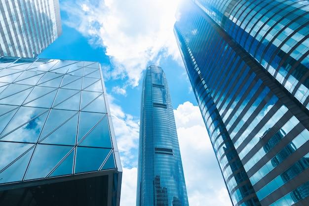 De wolkenkrabberbouw in hong kong, stadsmening in blauwe filter Premium Foto