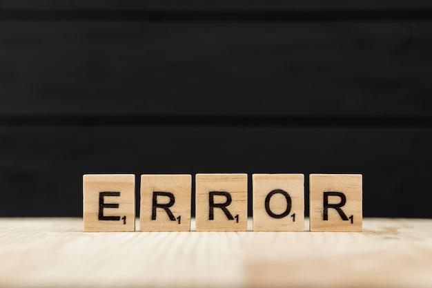 De woordfout gespeld met houten letters Gratis Foto