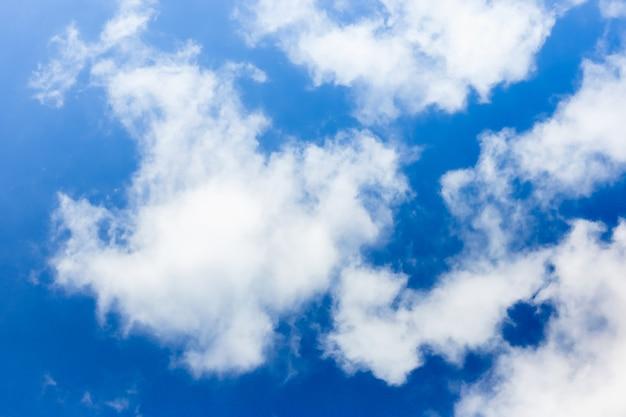 De zachte nadruk blauwe hemel en de bewolkte winderige tropisch polariseren glanzende stijlachtergrond Premium Foto