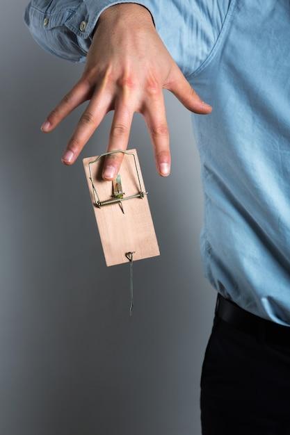 De zakenman dient de muizenval in Premium Foto