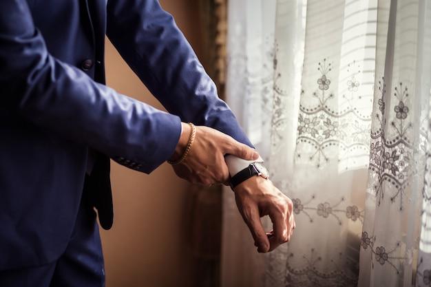 De zakenman draagt een jasje. politicus, man stijl, mannelijke handenclose-up, zakenman, zaken, manier en kledingsconcept Premium Foto