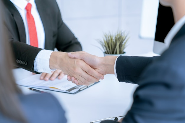 De zakenman schudt de handen akkoord gaat overeenkomst van het grote contract van de partijverkoop Premium Foto