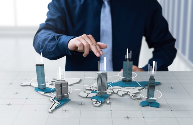 De zakenman toont het bedrijf van de grafiekwinst op het digitale scherm van de wereldkaart Premium Foto