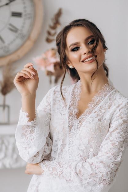 De zeer mooie jonge bruid glimlacht bij de camera Gratis Foto