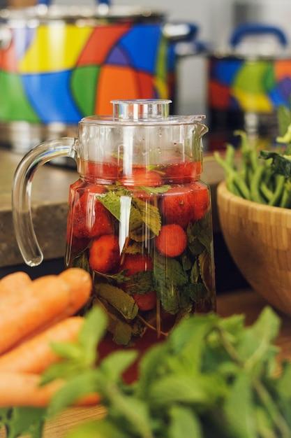 De zomer eigengemaakte limonade op de lijst onder groenten en fruit. Premium Foto