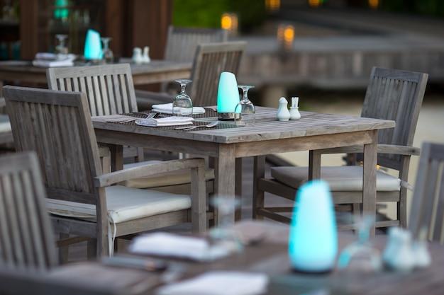 De zomer lege openluchtkoffie bij exotisch eiland Premium Foto