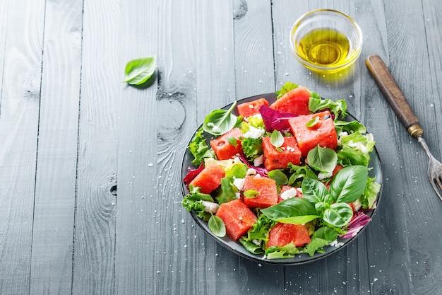 De zomersalade met watermeloen en saladebladeren Gratis Foto