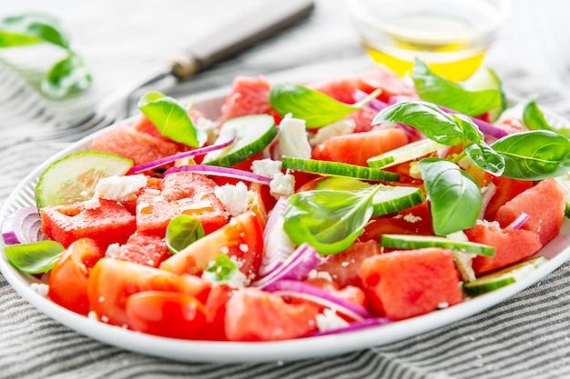 De zomersalade met watermeloen en saladebladeren Premium Foto