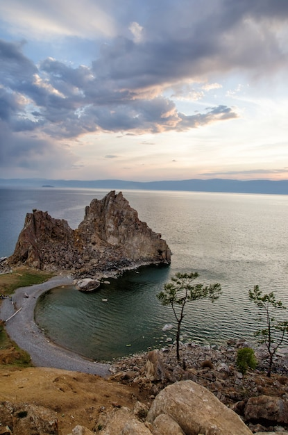 De zomerzonsondergang over rots van shamanka burhan op olkhon-eiland in meer baikal, rusland Premium Foto