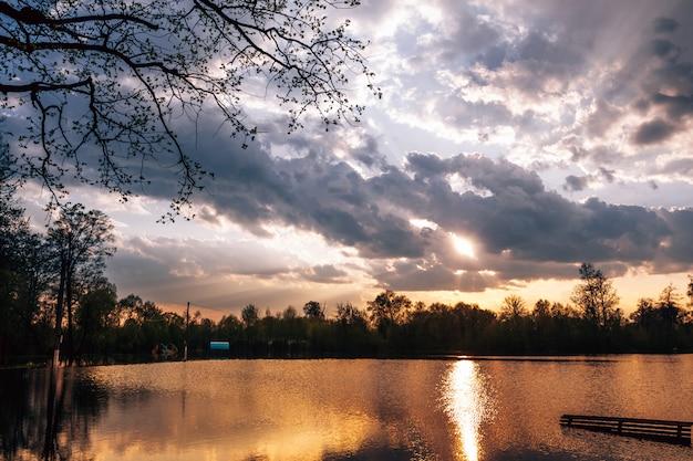De zon breekt uit van de regenwolken Premium Foto