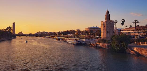 De zonsonderganghorizon van sevilla torre del oro in sevilla Premium Foto