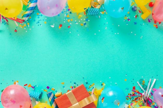 Decoratie feest. frame achtergrond van ballonnen en verschillende partij decoraties bovenaanzicht Premium Foto