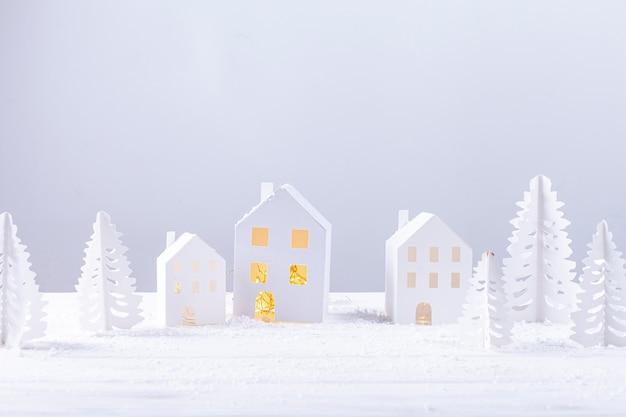 Decoratie met papieren gebouwen en sparren Gratis Foto