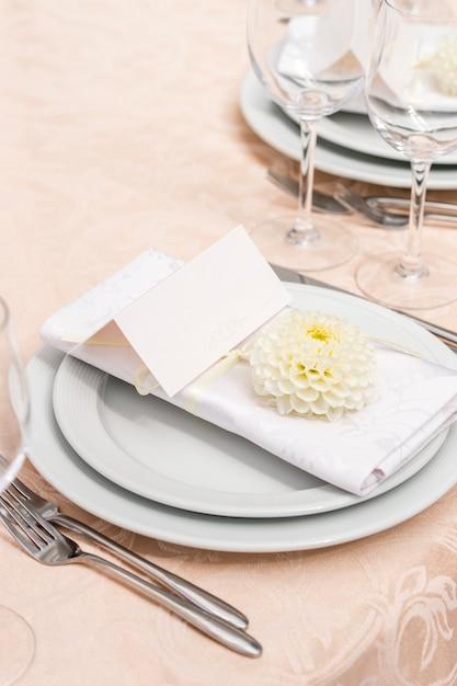 Decoratie op tafel in het restaurant voor een bruiloftsbanket Premium Foto