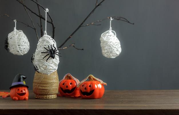 Decoratie & ornament vrolijke kerstmis & de gelukkige achtergrond van het nieuw jaarconcept kerstman met huis en spar. tekenpunt op het moderne rustieke bruine houten bureau thuis grijze grijze grungeachtergrond. Premium Foto