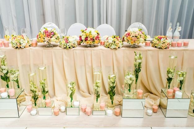 Decoratie van het restaurant bij het bruiloftsbanket Premium Foto