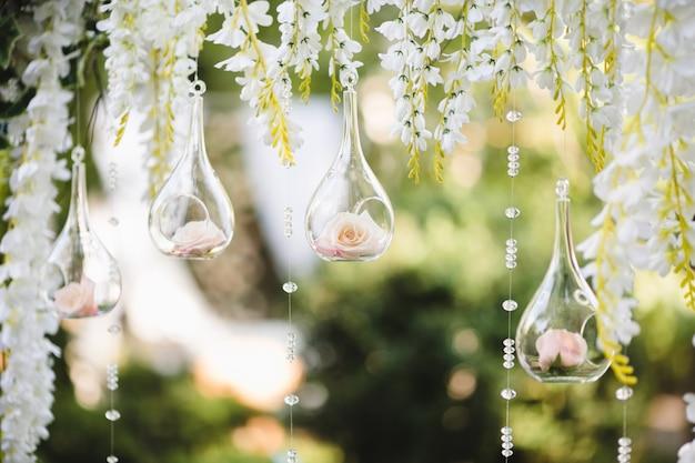 Decoratie voor een bruiloft met bollen met bloemen binnen Premium Foto