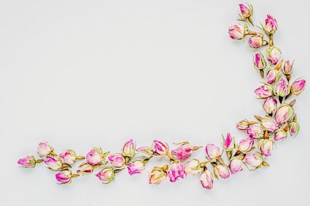 Decoratief hoekkader dat van achtergrond van knoppen de droge rozen wordt gemaakt Premium Foto