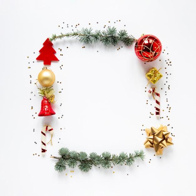 Decoratief kerstmisframe op witte achtergrond Gratis Foto