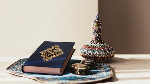 Decoratief ramadan concept met koran Gratis Foto