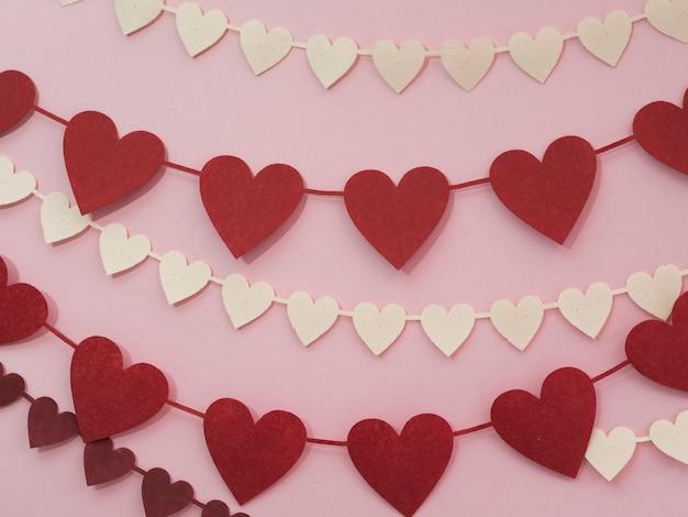 Decoraties gemaakt van rode en witte harten Gratis Foto