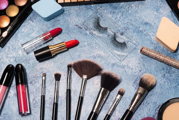 Decoratieve cosmetica, make-upborstels valse wimpers. het uitzicht vanaf de top Premium Foto