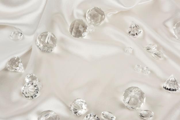 Decoratieve duidelijke diamanten op witte geweven stof Gratis Foto