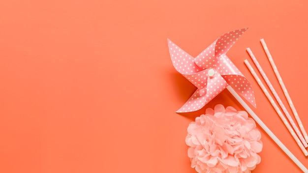 Decoratieve elementen op roze oppervlak Gratis Foto