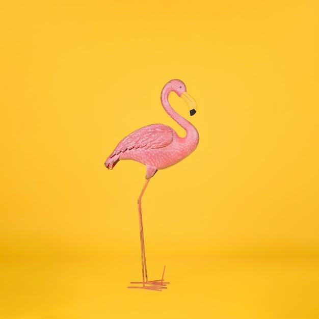 Decoratieve flamingo op oranje achtergrond Gratis Foto