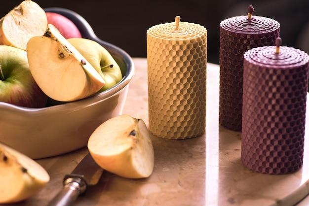 Decoratieve kaarsen gemaakt van bijenwas met een honingaroma voor interieur en traditie. Premium Foto