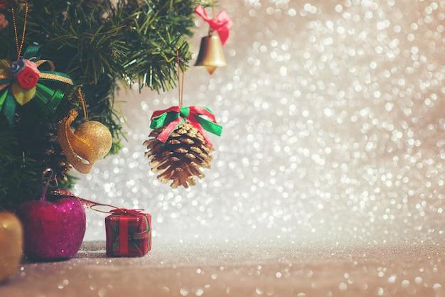 Decoratieve kerst boom met glanzende achtergrond Gratis Foto