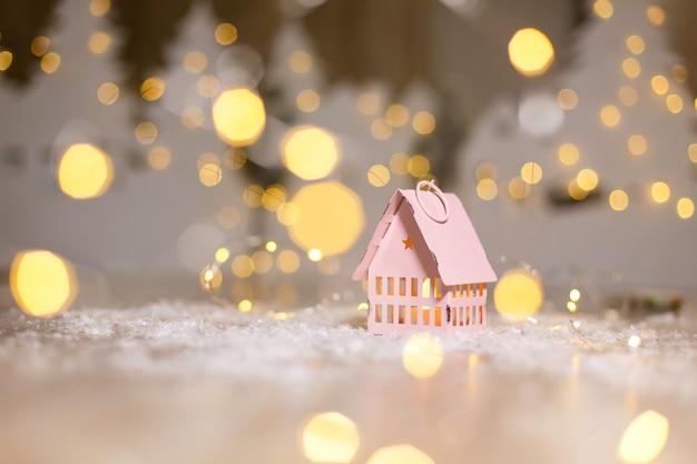Decoratieve kerstfiguurtjes. klein speelgoedhuisje, kerstverhaal Premium Foto