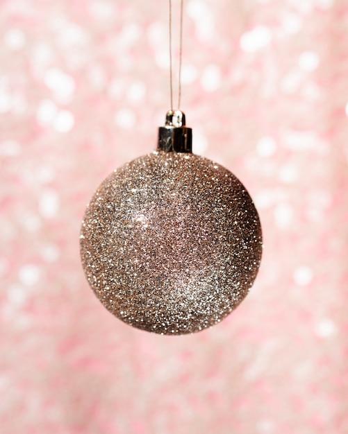 Decoratieve kerstmisbal van de close-up Gratis Foto